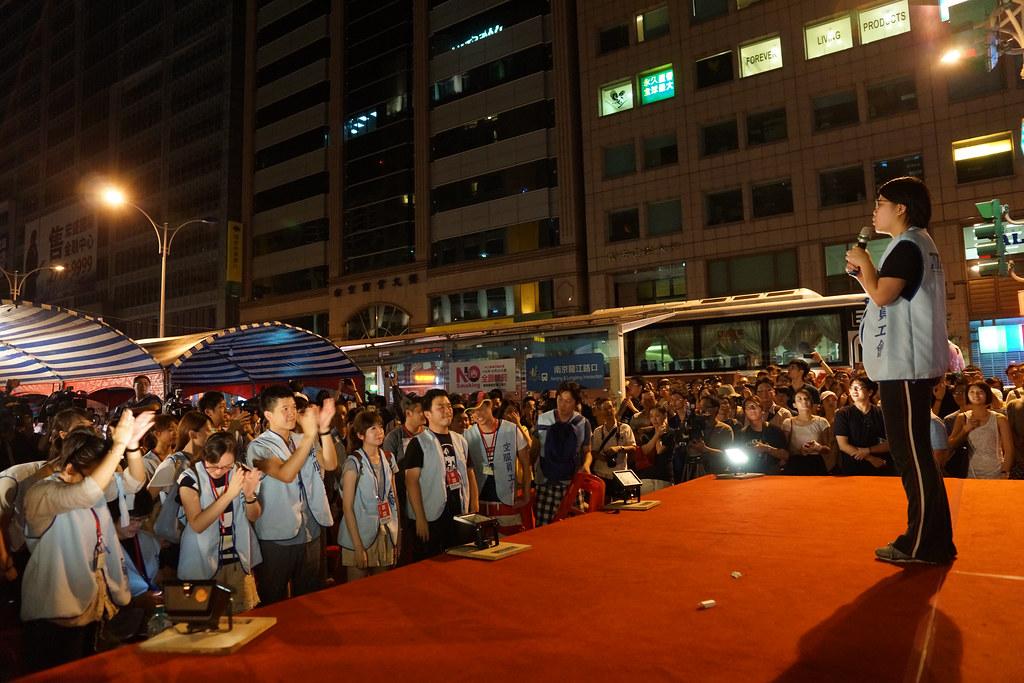 工會秘書長林佳瑋帶領空服員向周邊路人喊話:罷工不可怕、團結有力量!組織工會、爭取權益!