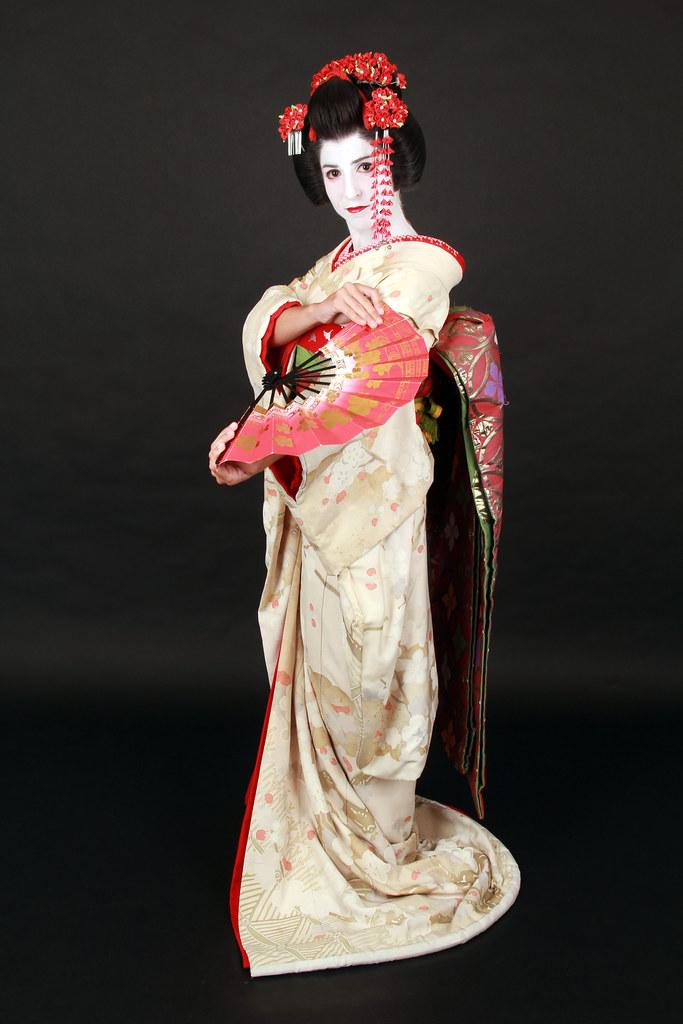 Disfrazados de geisha y maiko en la ciudad de Kioto con los trajes de seda típicos