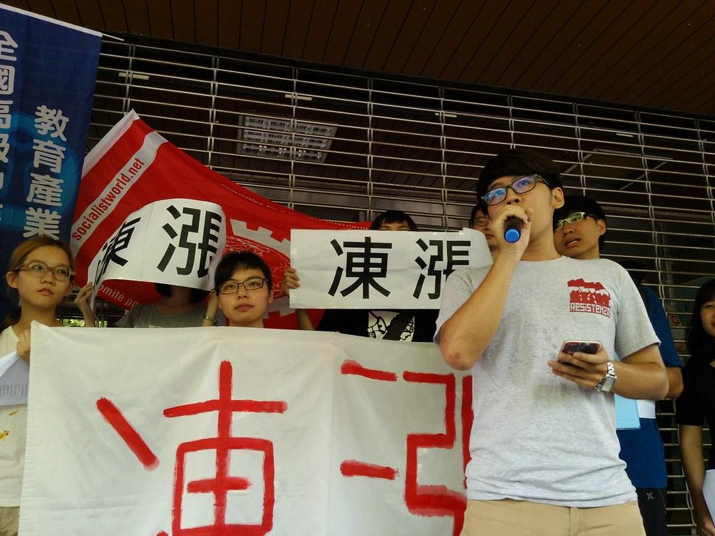 學生在學雜費調整審議會議場外抗議。(攝影:高若想)
