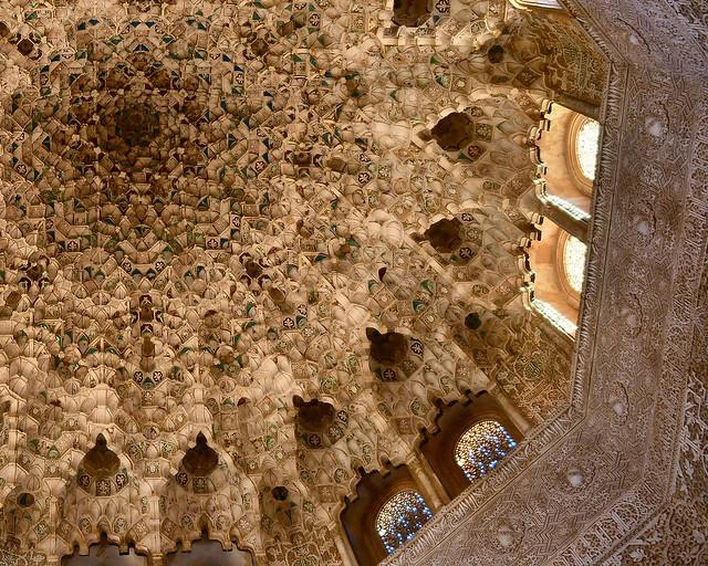 Bóveda de Mocaraves de la Sala de Dos Hermanas de la Alhambra, uno de los lugares más espectaculares que ver en Granada