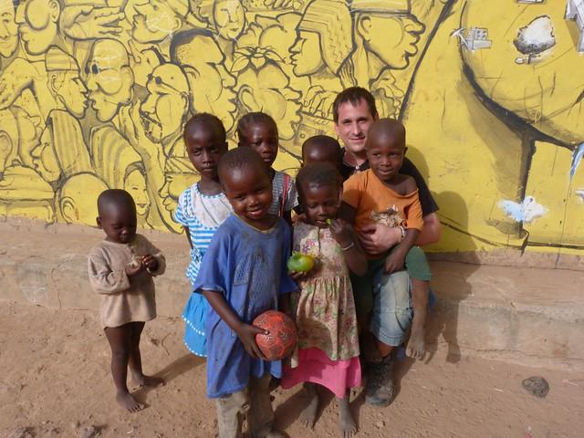 Sele con niños en una de las aldeas pintadas de Gambia