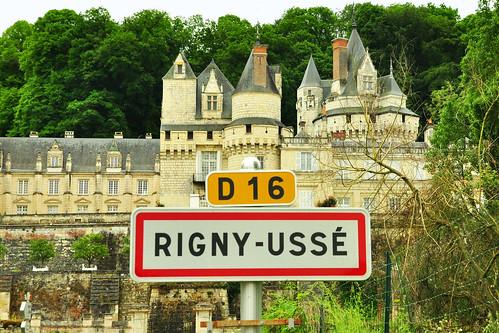 """À Rigny-Ussé, je lis, tu lis, ils lisent. Ich lese, du liest, sie lesen ... Ja, was lesen sie denn in Rigny-Ussé? Na, wahrscheinlich Märchen. Und ganz besonders das Märchen """"Dornröschen"""", das im französischen Original """"La belle au bois dormant"""" heißt. - Der 1628 in Paris geborene französische Schriftsteller Charles Perrault, der durch seine Märchensammlung """"Histoires ou Contes du temps passé"""" (Geschichten oder Erzählungen aus alter Zeit) bekannt ist, hat sich bei einem Aufenthalt im Schloss von Ussé von der Romantik des Ortes und der turmreichen Schlossanlage zu dem Märchen inspirieren lassen, das später die deutschen Brüder Grimm von ihm übernommen und in """"Dornröschen"""" umgetauft haben. - Im Gegensatz zu dem deutschen """"Dornröschen"""" der Gebrüder Grimm hat die Prinzessin in der Geschichte von Charles Perrault einen Namen: sie heißt Aurore. Und der junge Prinz, der sie nach 100 Jahren aus dem Schlaf erweckt ist """"Prince Charmant"""". - Rosen spielen im Märchenschloss von Ussé natürlich eine große Rolle, auch wenn der Name """"Dornröschen"""" botanisch gesehen nicht korrekt ist. Rosen besitzen Stacheln und deine Dornen. Genau genommen müsste das Märchen """"Stachelröschen"""" heißen ... dies aber nur mal so am Rande erwähnt ... Neben der """"Schlafenden Schönen im Walde"""" stammen noch viele andere bekannte Märchen unserer Gebrüder Grimm aus der Feder des Franzosen Charles Perrault: Aschenputtel (Cendrillon) zum Beispiel. Und: Blaubart (La Barbe bleu), Rotkäppchen (Le Petit Chaperon rouge), der gestiefelte Kater (Le Chat botté), der kleine Däumlich (Le Petit Poucet) ... Foto: Brigitte Stolle 2016"""