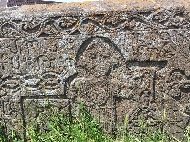 Tumba armenia tallada en el lago Sevan