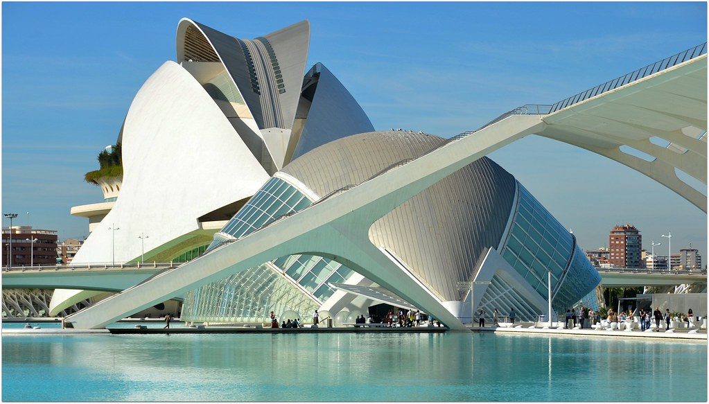 Ce b timent au style futuriste prend la forme d 39 un il hum for Architecture futuriste