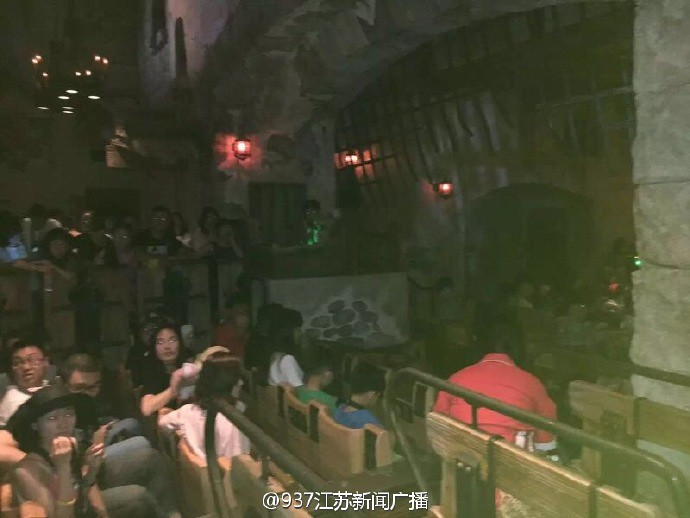 Shanghai Disney park fails on the first day the tourists were trapped