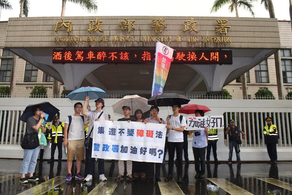 集遊惡法修法聯盟上午赴警政署抗議《集遊法》修法版本中的條文中的「安全距離」及「強制排除」兩條款。(攝影:宋小海)