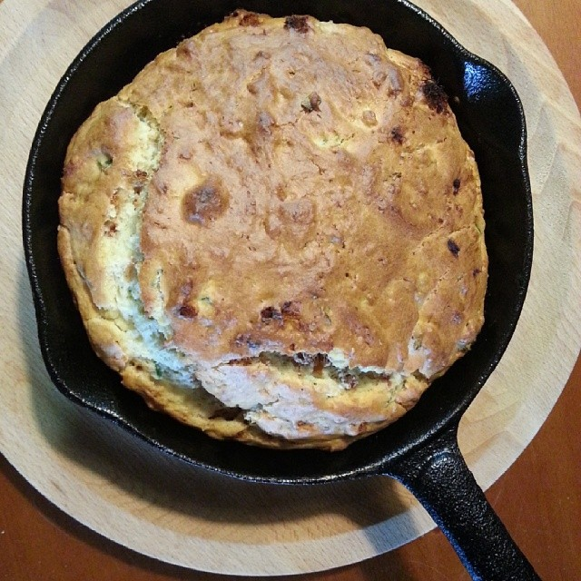 20140227 一樣是熱鬆餅 只是把香蕉換成肉鬆與蒜苗而已 (因為家裡沒有蔥)  #葛蘿的餐桌