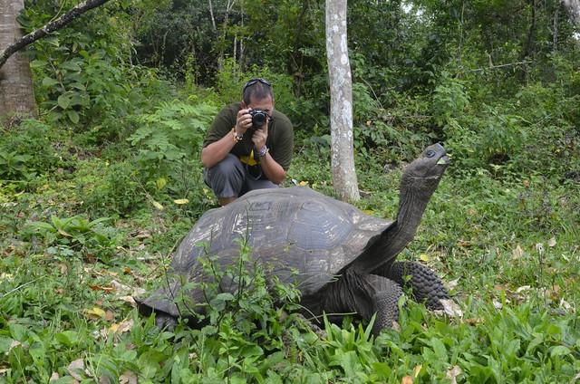 Sele fotografiando una tortuga de Galápagos