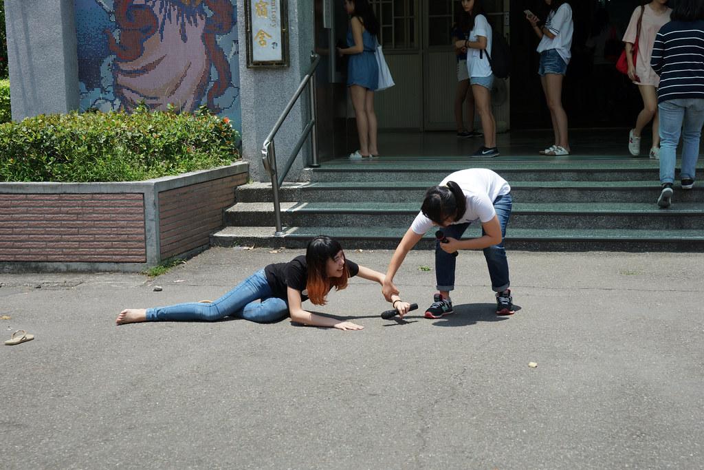 「輔大灰姑娘」用戲劇性方式表現女學生趕回宿舍的辛勞,同伴為了趕12點前回到宿舍,最終只能放棄跌倒的同學。(攝影:王顥中)
