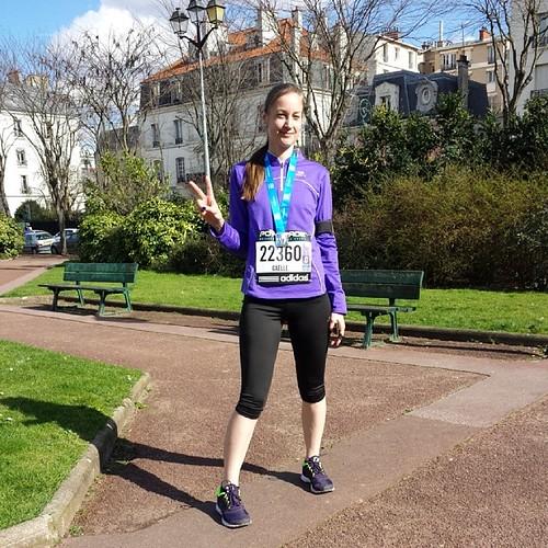 Avec la médaille de finisher du Semi-Marathon de Paris
