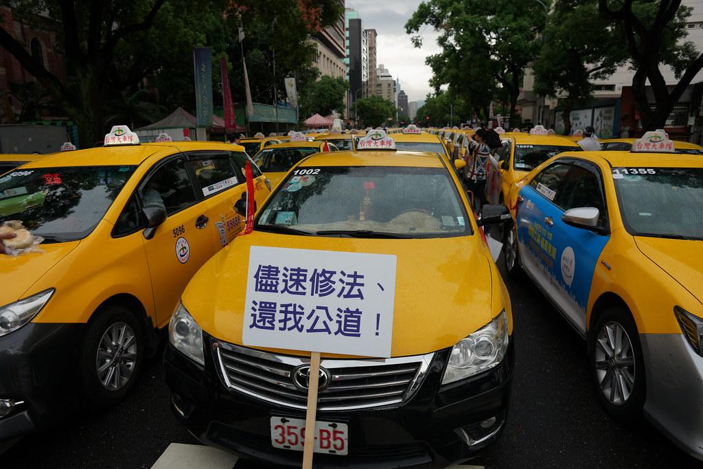 2,000輛計程車今天包圍立法院,抗議政府縱容Uber違法上路。(攝影:王顥中)