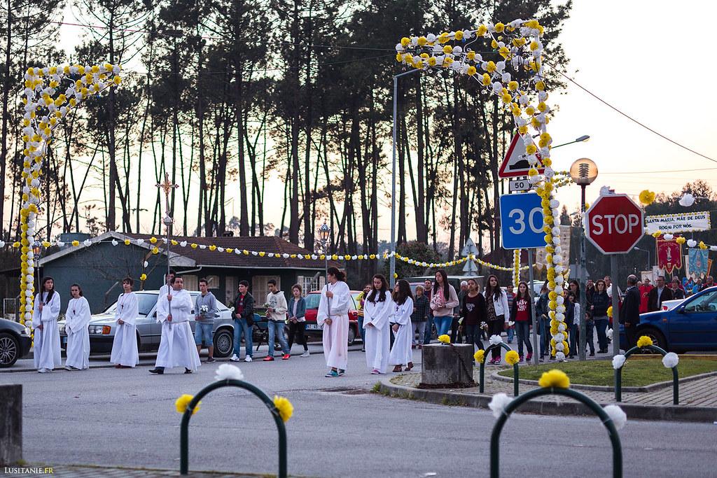 La tête de la procession arrive, avec les enfants, tout de blanc vêtus.