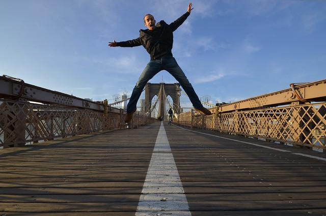 Saltando en el puente de Brooklyn antes de dormir en Nueva York
