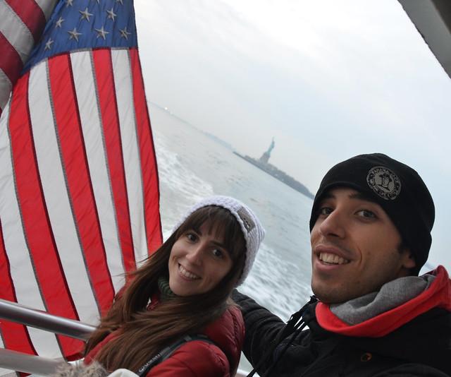 Recorriendo el río Hudson durante el viaje barato a Nueva York que hicimos en Navidad