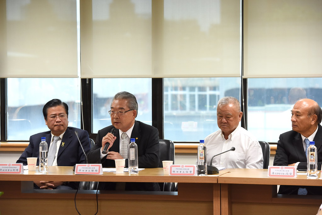 工總理事長許勝雄(左二)表示將終止與政府勞方一切協商管道。(攝影:宋小海)