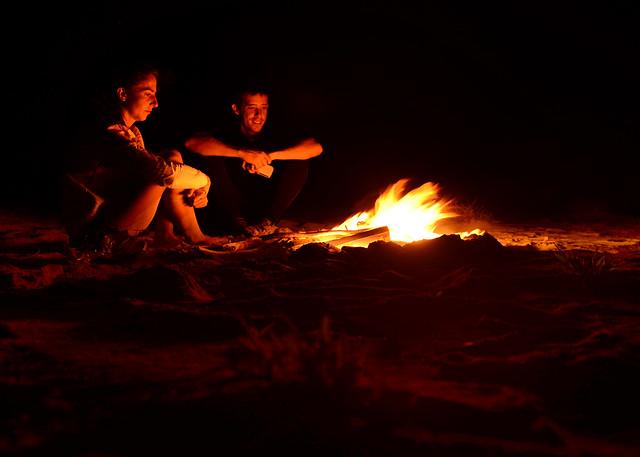 A la luz del fuego como náufragos en nuestra isla desierta