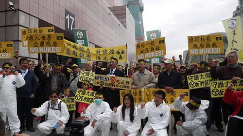 民間團體、南澳鄉親,數百人在能源會議場外表達反對核電廠延役