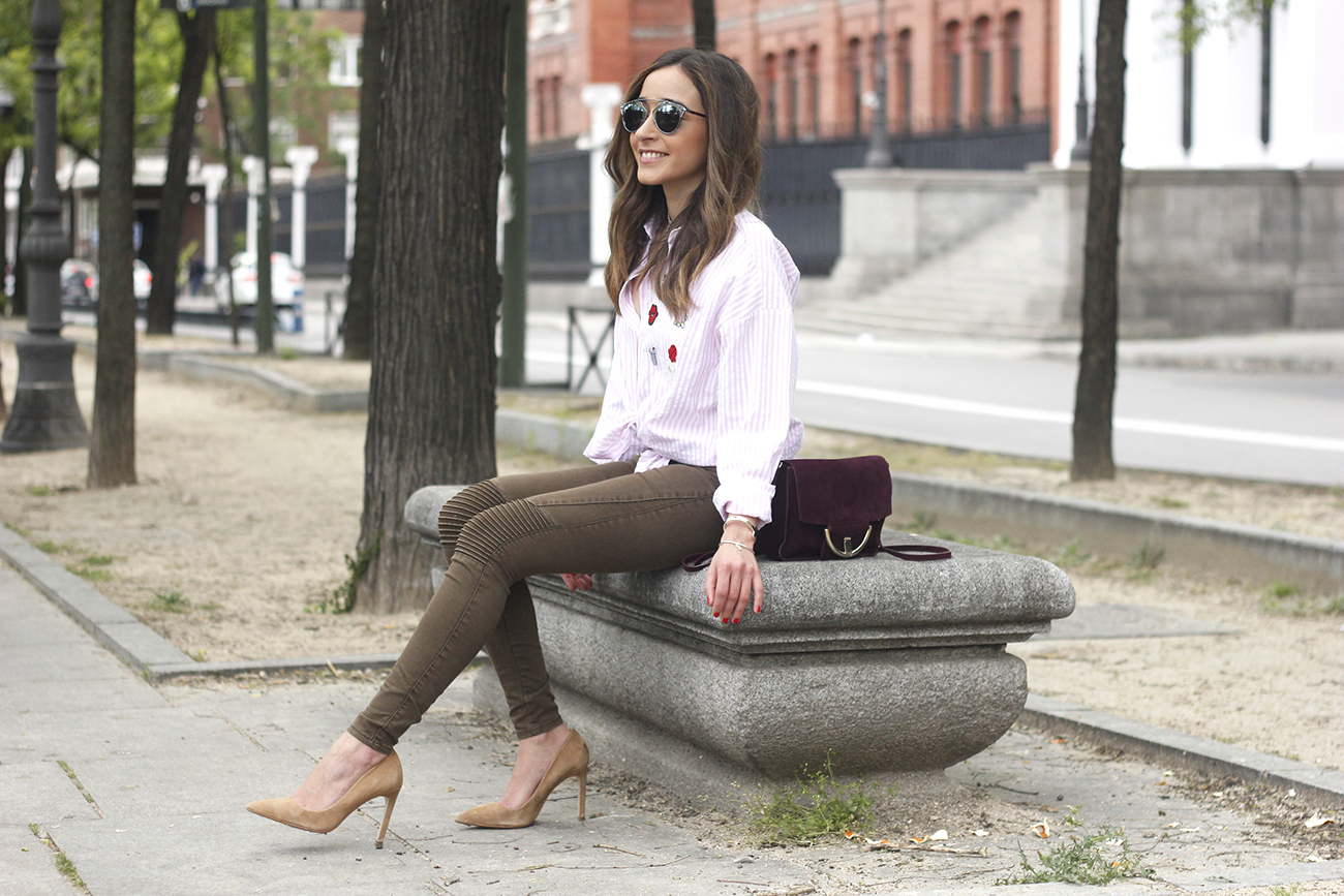 shirt with patches khaki pants nude heels burgundy bag uterqüe accessories style fashion03