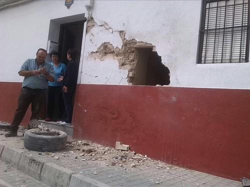 AionSur 26801059881_e67e7e9cc2_d Un coche se empotra contra una vivienda en Paradas cuando es perseguido por la Policía Local Sucesos