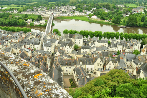 """Nun geht's also mal rein ins """"Château de Chinon"""", das, obwohl eigentlich eine Burg und gar nicht an der Loire, sondern an deren Nebenfluss Vienne gelegen, dennoch offiziell zu den Loire-Schlössern gezählt wird. """"La forteresse royale"""", Eintrittspreis (Stand 2016): 8,50 Euro. Während wir am frühen Vormittag, relativ bescheiden, auf der großen Wiese unter den rot blühenden Kastanienbäumen ein kleines Frühstückspicknick mit frischem Baguette, harten Eiern, Äpfeln und Mineralwasser zu uns nehmen, geht es nebenan hoch her. Mittelalterliche Szenen mit Schlemmen, Feiern, Musizieren werden hier gezeigt. (Wendel-)Trepp auf, Trepp ab in mittelalterlichen Gemäuern mit interessanten Entdeckungen in den Innenräumen und tollen Ausblicken nach unten. Jeanne d'Arc habe ich bereits erwähnt. Wenn man vom Turm hinunterschaut und die einladenden Liegestühle des Gartencafés entdeckt, möchte man dort unten gerne einen kleinen Kaffee trinken, bevor die Besichtigung weitergeht. Und immer wieder gibt es von hoch oben diese tollen Paroramablicke in den Burghof, auf den Fluss und in die weite Landschaft. Fotos: Brigitte Stolle 2016"""