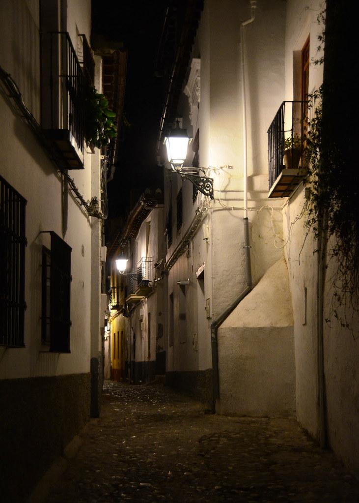 Barrio del Albaicín de noche bajo la luz de las farolas