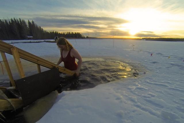 Bañarse en el hielo en Finlandia
