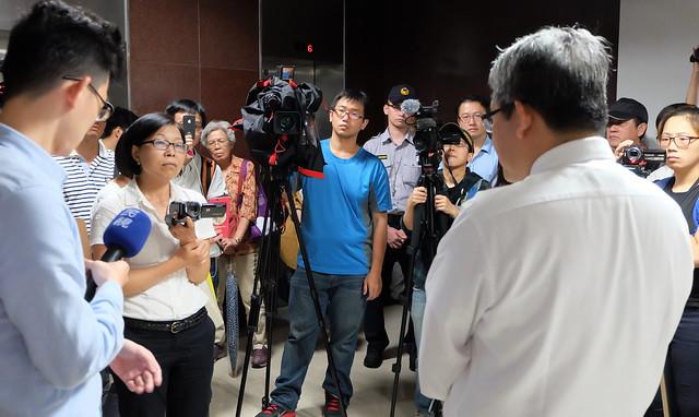 獨立記者朱淑娟(左二)採訪現場 攝影:陳文姿