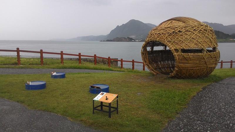 望海巷潮境海灣資源保育區,前景為「潮藝術」日本藝術家關口恆男裝置作品「彩虹屋」。攝影:林倩如。