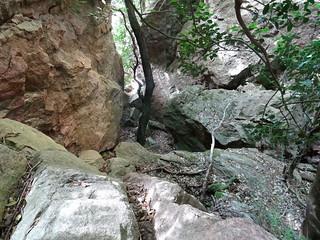 Brèche du Carciara d'Aragali : un abri (?) sous les soutènements de l'ancien chemin
