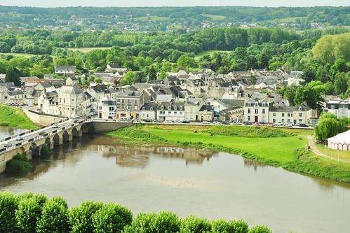 """Weißer Kalktuff prägt das Bild zahlreicher Schlösser der Loire und ihrer Nebenflüsse. So auch hier bei """"Château de Chinon"""". Man erreicht die Burg, von der Altstadt kommend, entweder zu Fuß oder über den Fahrstuhl und hat von oben (auch schon außerhalb der eintrittspflichtigen Bereiche) einen fantastischen Blick auf das Dächergewirr der restaurierten Altstadt, auf den baumgesäumten Fluss Vienne und in die weite Landschaft hinein - Foto: Brigitte Stolle 2016"""