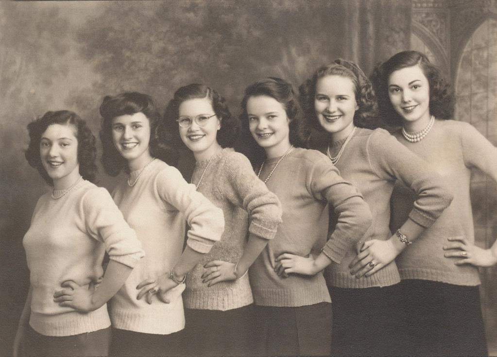 Sorority Sisters Marjorie Anne McElhaney extrême droite Flickr-5225
