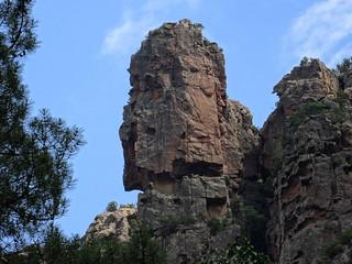 Vers la brèche du Carciara d'Aragali : belle pointe rocheuse en RG