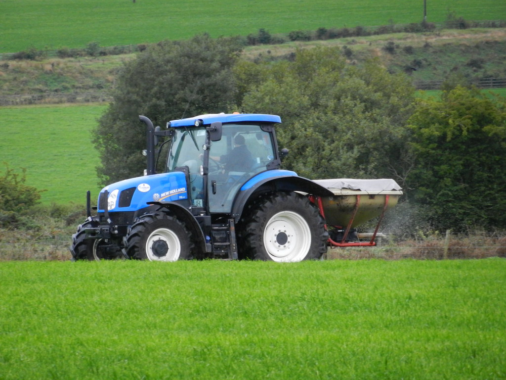 Broadcast Spreaders For Tractors : New holland t tractor vicon fertilizer spreader
