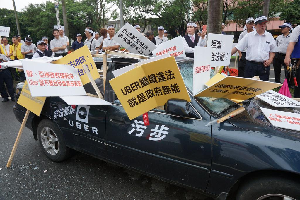 計程車司機砸車抗議Uber影響載客率與生計。(攝影:王顥中)