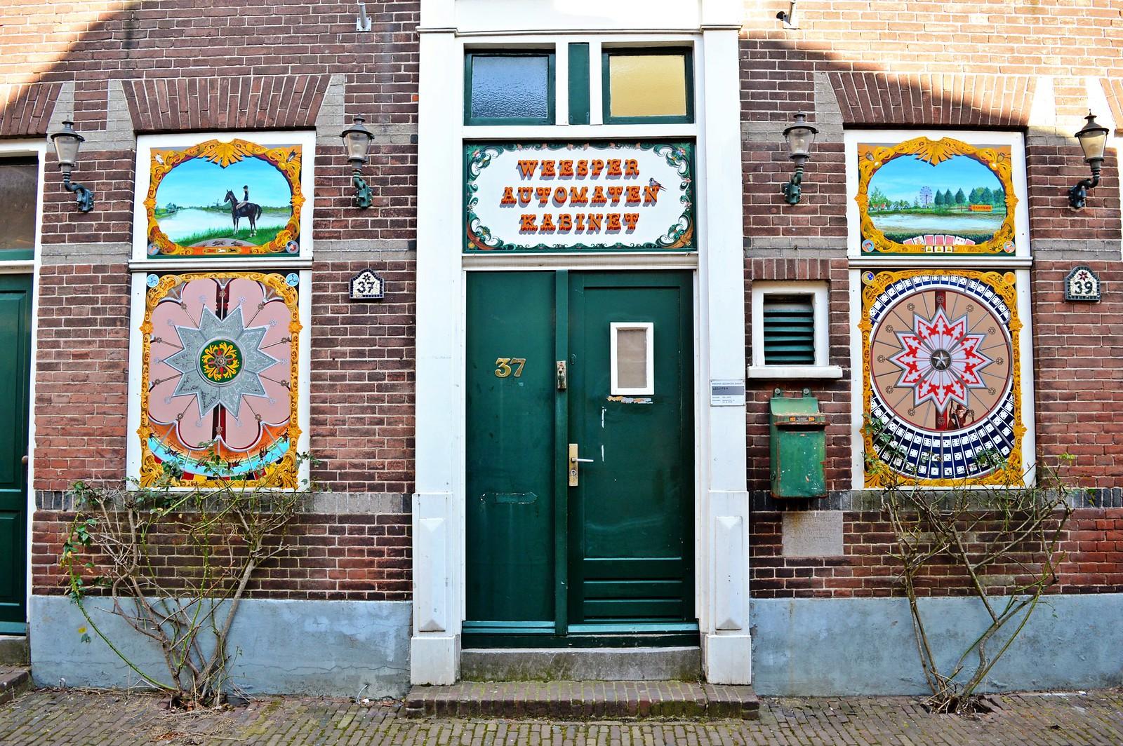 Een deur in Weesp.
