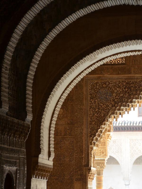 Impresionantes arcos de luz en la Alhambra de Granada