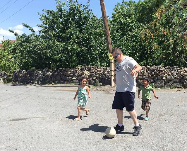 Sele jugando al fútbol con unos niños en Armenia