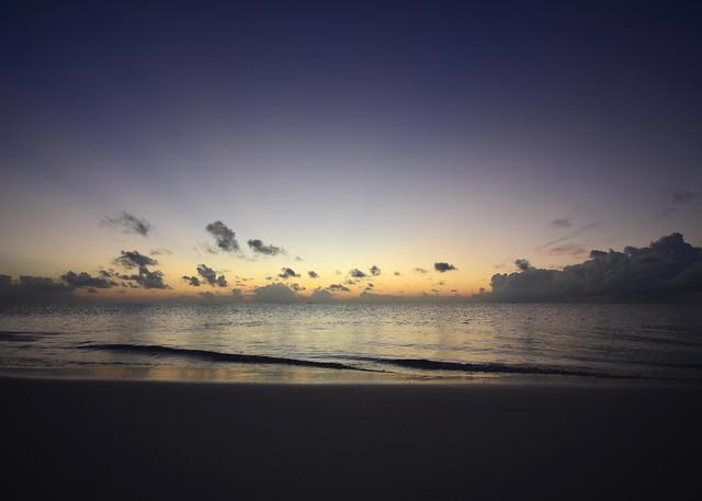 Puesta de sol al sur de Maldivas con el mar dorado