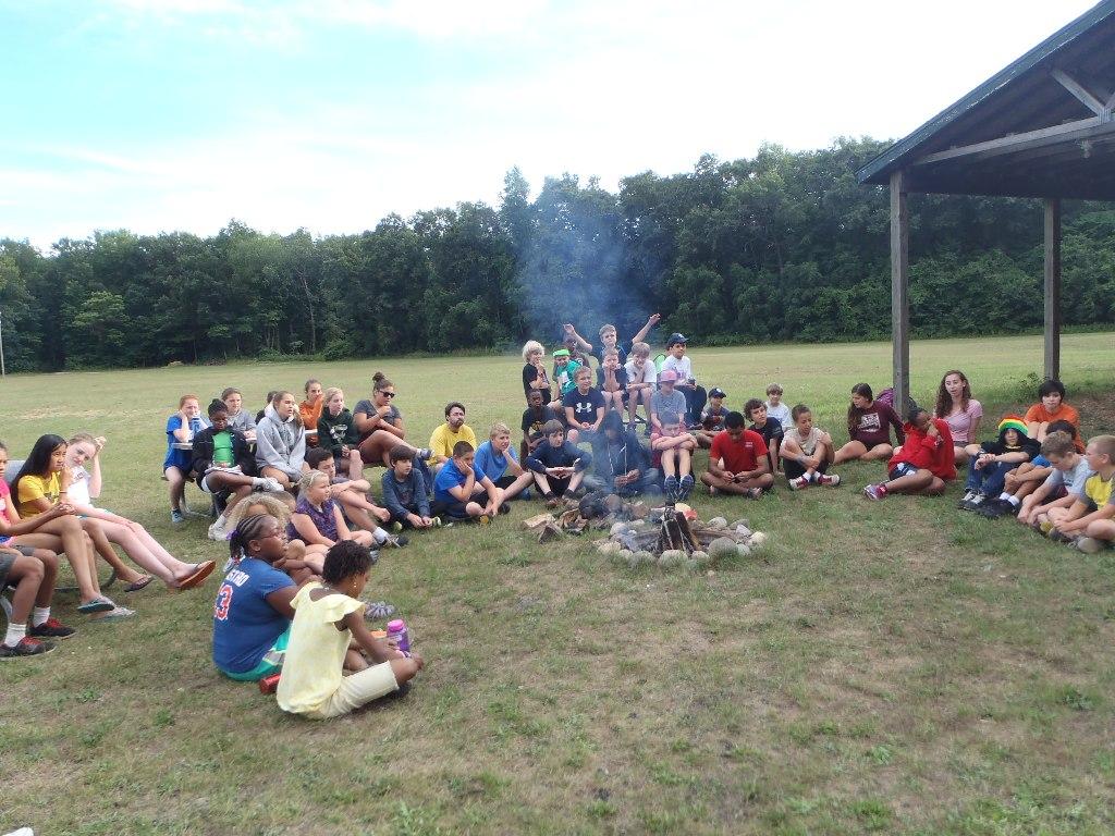 Uczestnicy obozu językowego wokół ogniska