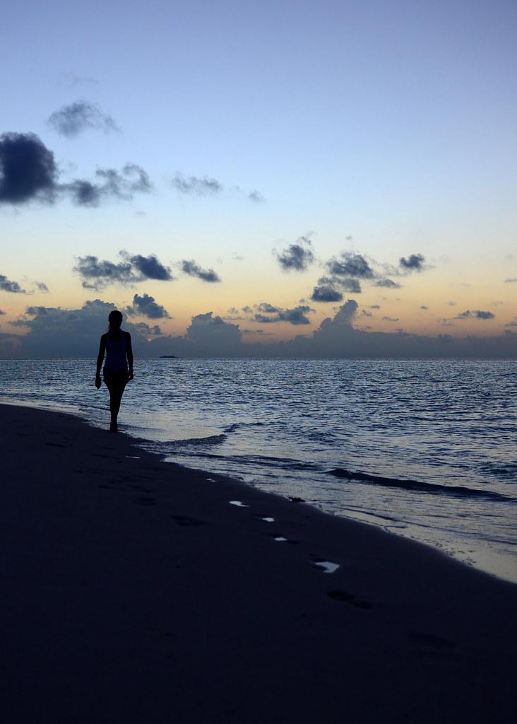 Paseando al atardecer por la orilla de la playa de Odagalla, nuestra isla desierta en Maldivas