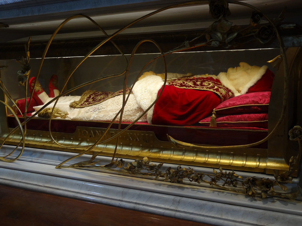 The body of Pope John XXIII in St Peter's Basilica | Flickr
