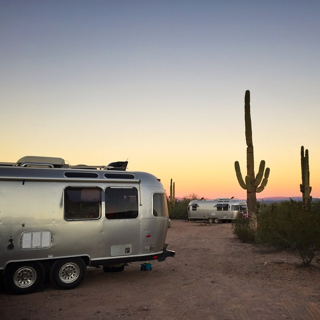 Hello there neighbor! @upintheairstream and we dropped in with 5 screaming kids on @asolojourner's serene and peaceful desert getaway.