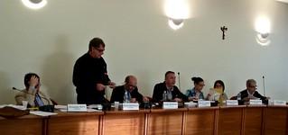 Il consigliere Antonello Caravella legge l'interpellanza su violenza e bullismo