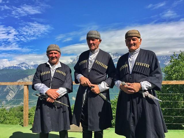 Georgianos vestidos con el traje tradicional