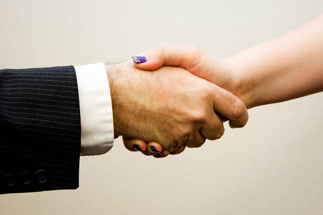 Det funkar bäst att skaka hand med högern – vänsterhanden passar inte i en annan högerhand.