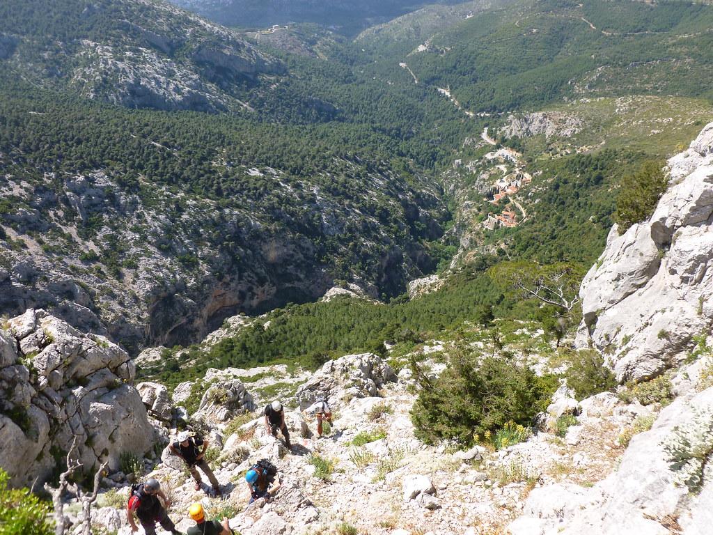 Ανάβαση στη κορυφή του Άρματος με τη μονή Κλειστών στο βάθος της χαράδρας