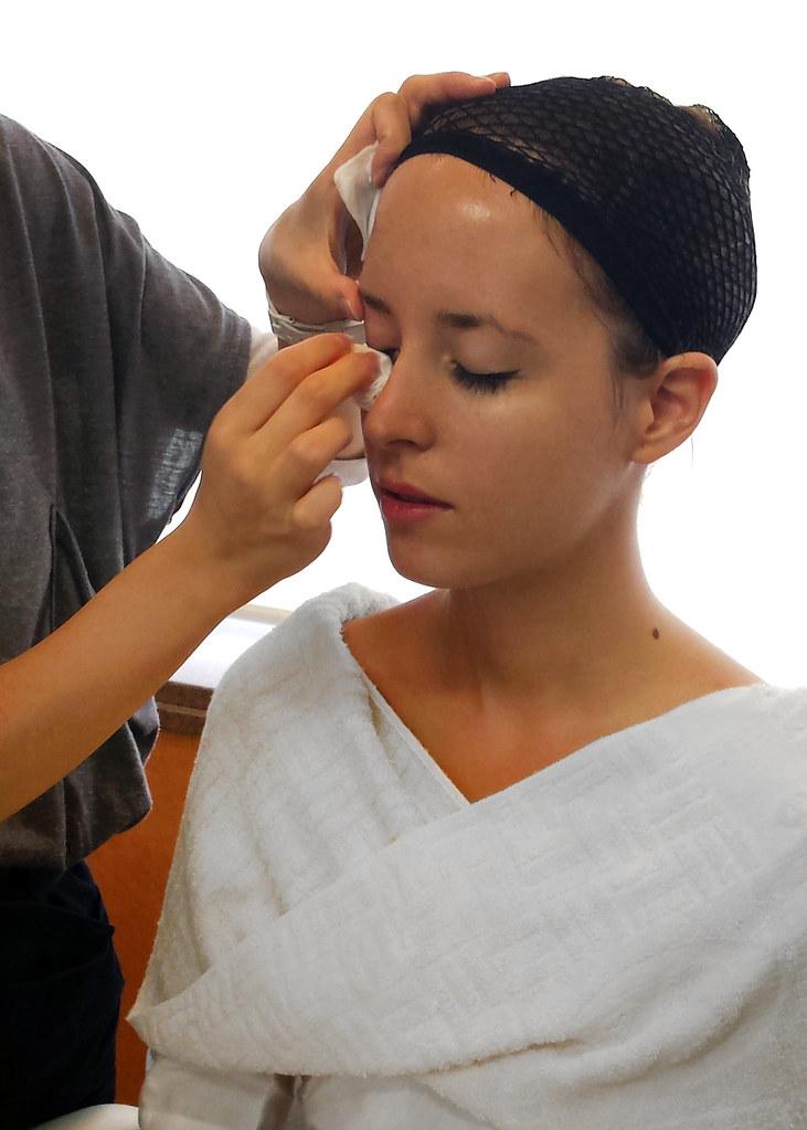 Making off aplicando el maquillaje para el disfraz de geisha