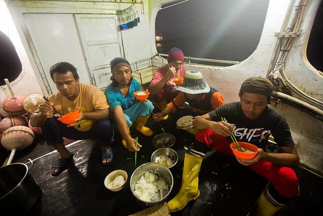 維繫台灣遠洋漁業榮景的外籍漁工,只能在擠在小小的甲板飽餐一頓。圖片來源:台灣綠色和平組織