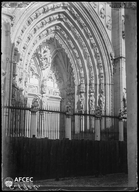 Puerta de los Leones de la Catedral de Toledo a comienzos del siglo XX. Autor Desconocido   © Centre Excursionista de Catalunya