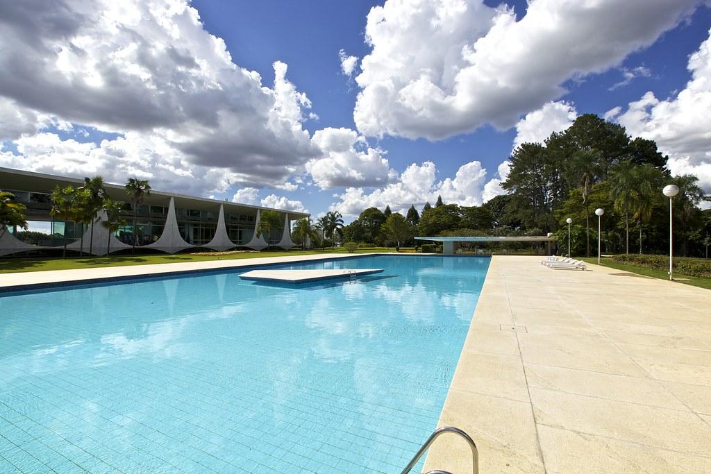 Resultado de imagem para piscina do palacio da alvorada